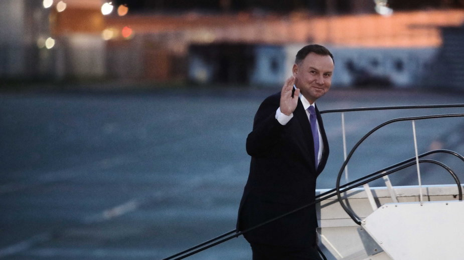 Prezydent Andrzej Duda wsiada na pokład rządowego samolotu