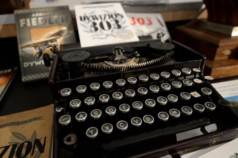 """Maszyna do pisania, na której Arkady Fidler napisał książkę """"Dywizjon 303"""""""
