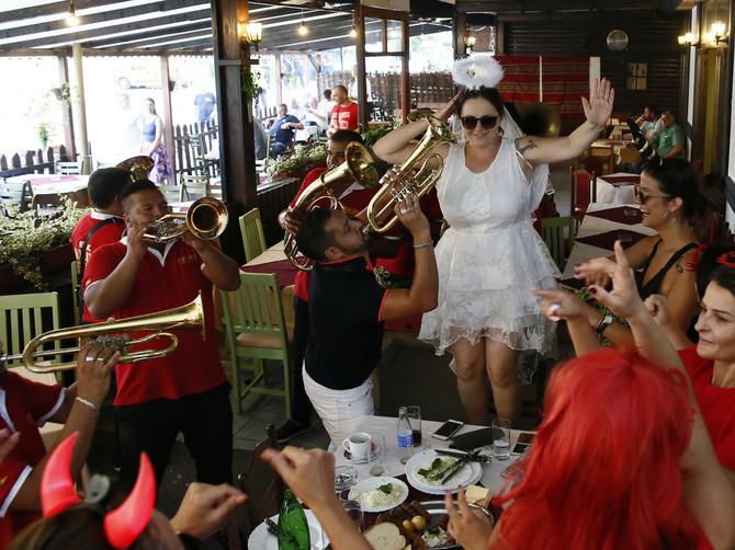 Mlada iz Švajcarske u Guči slavila DEVOJAČKO VEČE, sad cela Srbija bruji o NJENOJ HALJINII! U detalj koji nosi NA GLAVI svi gledaju
