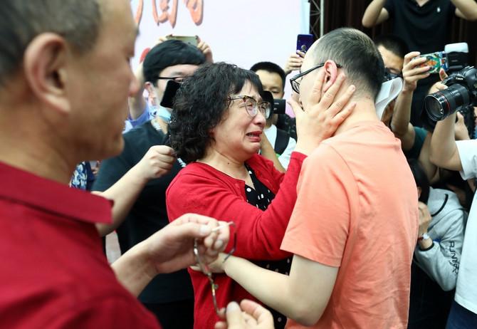 Plakali i grlili sina