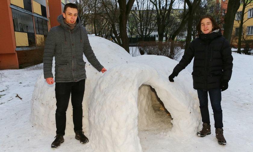 Harcerze wybudowali igloo przed blokiem na ul. Podgórnej w Łodzi
