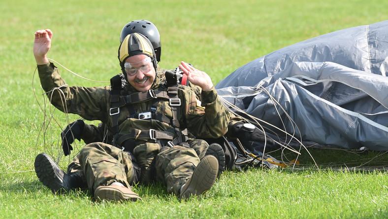 Stephen Mull wykonał swój pierwszy skok z podwójnym spadochronem, w tandemie z kpt. Danielem Bobrowskim