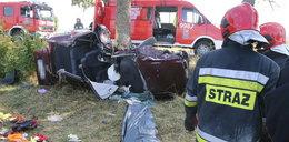 30-letni kierowca roztrzaskał się na drzewie