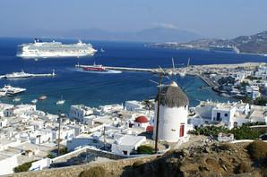 Plaže poznatog grčkog ostrva koje obožava i SRPSKA ESTRADA I POLITIČARI ovih dana imaju NEOBIČNE GOSTE (FOTO)