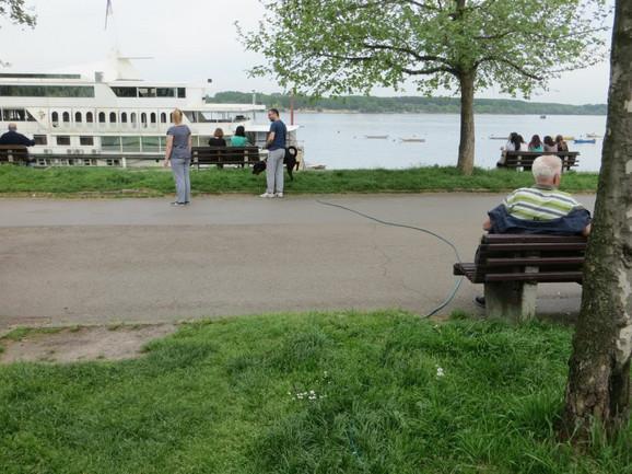 Kablovi od broda protežu se preko šetališta i parka