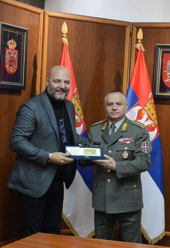Milosav Simović, general-pukovnik uručuje poklon Aleksandru Đorđeviću