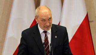 Macierewicz zbroił się za granicą: Choć na sprzęt wojskowy wydajemy więcej, polskie firmy na tym nie zarabiają