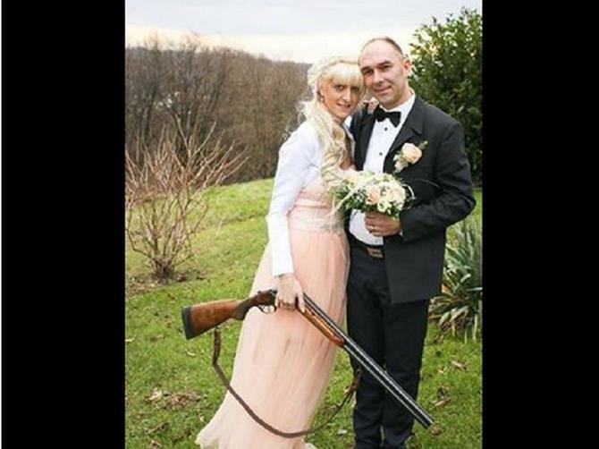 """Stiže iz """"susjedstva: Ako ste mislili da je ovo ROMANTIČNA slika sa venčanja, čekajte da vidite donji deo, ŠOKIRAĆETE SE"""