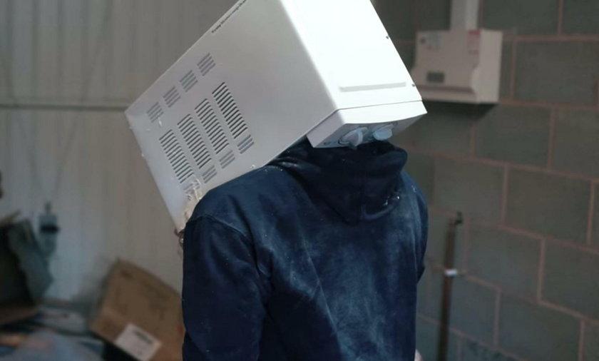 Jay Swingler włożył głowę do mikrofalówki i zalał cementem. To głupota roku!