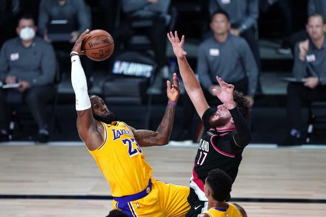 Lebron Džejms i Jusuf Nurkić u borbi pod košem Trejlblejzersa na meču između Lejkersa i Portlanda u NBA plej-ofu
