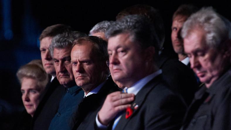 Ksiądz Tadeusz Isakowicz-Zaleski zwrócił uwagę na kolor rozetki wpiętej w klapę ukraińskiego prezydenta. Środek czarny, zewnętrzny otok czerwony, zupełnie jak barwy, jakimi oznaczali się ukraińscy nacjonaliści z organizacji OUN i UPA, odpowiedzialnej za masakry polskiej ludności popełnione w latach 1943-1944, znane w historii jako rzeź wołyńska. Barwy te używane były przez Organizację Ukraińskich Nacjonalistów, która w okresie międzywojennym pod przywództwem Stepana Bandery dokonała wielu terrorystycznych zamachów na przedstawicieli II Rzeczypospolitej. (...) Barwy te były także barwami Ukraińskiej Powstańczej Armii, dowodzonej przez Romana Szuchewycza, dokonała w latach 1942-1947 ludobójstwa na Polakach, Żydach i Ormianach oraz obywatelach polskich innych narodowości - oburzył się ksiądz Isakowicz-Zaleski w komentarzu na portalu onet.pl. Manifestowanie takich barw - i to w takim miejscu jak Westerplatte! - jest ze strony ukraińskiego prezydenta policzkiem wymierzonym rodzinom ofiar OUN i UPA, żyjącym nie tylko w Gdańsku, ale i w całej Polsce. Jest to także afront wobec władz Trzeciej Rzeczypospolitej, która jest kontynuatorką II RP - napisał w emocjonalny tonie duchowny zajmujący się dialogiem między Polakami, Ormianami i Ukraińcami. Ukraiński prezydent Petro Poroszenko oraz przywódcy innych europejskich państw brali udział w uroczystościach upamiętniających 70-lecie zakończenia II wojny światowej. Politycy składali kwiaty na Westerplatte. Prezydent Bronisław Komorowski w swoim przemówieniu odnosił się jednak nie tylko do historii. Wiele uwagi poświęcił również sytuacji na Ukrainie. Miejsce Ukrainy i innych państw Europy Wschodniej, o ile tego zechcą i będą na to gotowe, jest w naszym wspólnym europejskim domu - mówił prezydent. - Trwająca ciągle wojna na Ukrainie nie pozwala nam jednak zapomnieć, że w Europie są jeszcze siły, które przywołują wspomnienie najczarniejszych okresów XX-wiecznej historii Europy, które nadal operują logiką stref wpływów, dążą do utrzyma