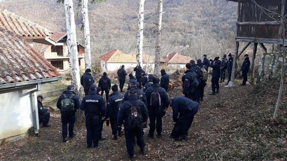 Policija pretražuje sva dvorišta i sve kuće u Orešcu