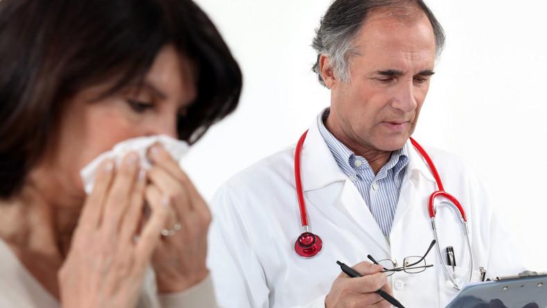 Chora kobieta z wizytą u lekarza