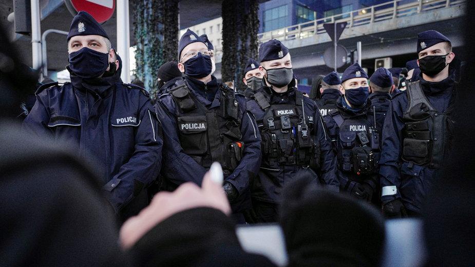 Policja na demonstracji Strajku Kobiet w Warszawie 8.03.2021