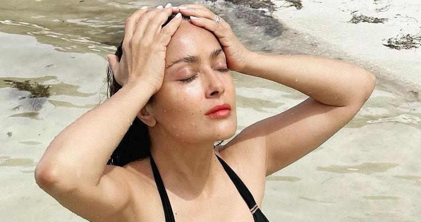 Salma Hayek medytuje na plaży w bikini. Powiemy tylko jedno: WOW!
