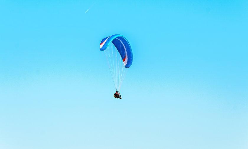 Paralotniarz spadł na ziemię. Zdjęcie ilustracyjne