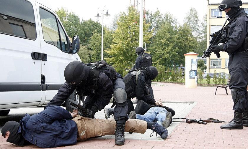 Policyjni antyterroryści ćwiczący w Krakowie w 2008 roku.