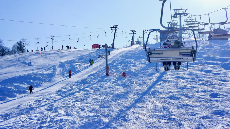 A hazai pályákon a hóágyúzásnak köszönhetően néhol hamarabb lehet síelni, mint például az Alpokban