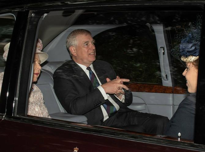 Princ Endrju prošle nedelje sa majkom Elizabetom II i ćerkom princeom Beatris od Jorka   na putu do crkve u Balmoralu