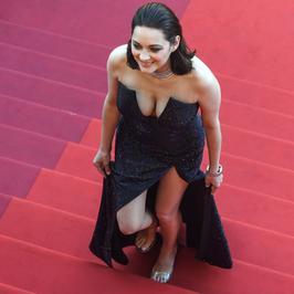 Cannes 2017. Marion Cotillard i jej apetyczny dekolt na czerwonym dywanie