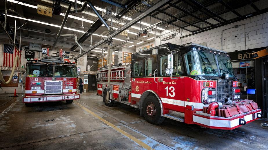 Strażacy z Chicago podczas gaszenia pożaru zauważyli spadającego z piątego piętra kota