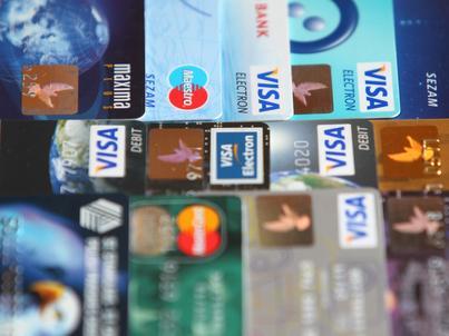 Coraz więcej Polaków zamiast gotówki nosi karty płatnicze i kredytowe