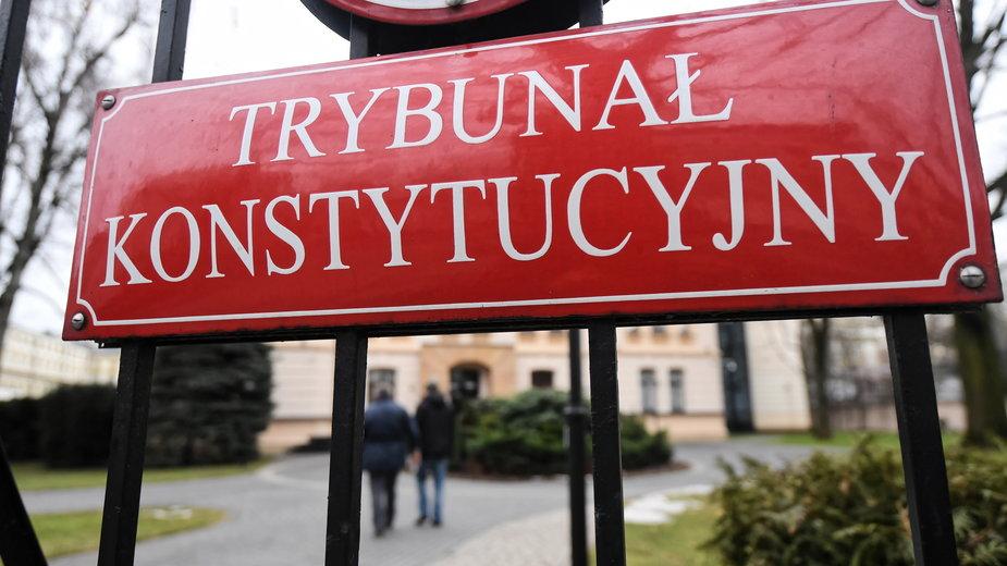Tabliczka na bramie Trybunału Konstytucyjnego
