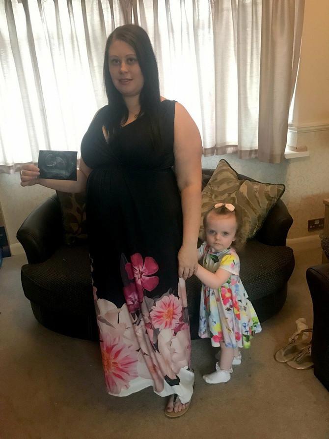 Džejd sa jednogodišnjom ćerkicom i slikom sa ultrazvuka