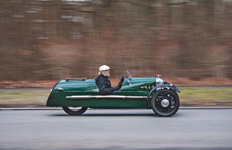 To nie jest pojazd dla mięczaków. Kiedyś był  w posiadaniu wielu pilotów, jeden egzemplarz miał też Stirling Moss.