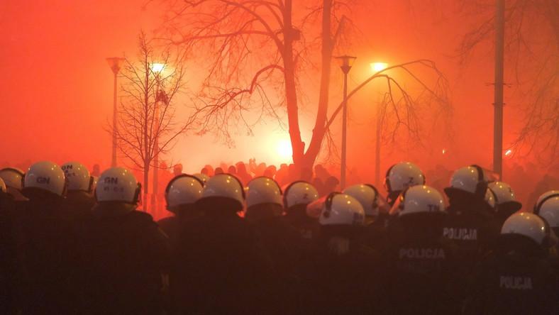 Policja przed stadionem na ulicy Łazienkowskiej w Warszawie PAP/Mateusz Marek