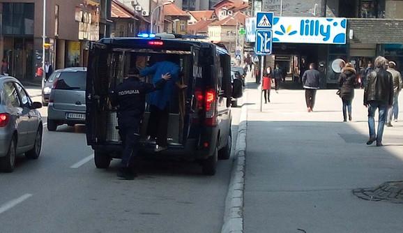 Policija odvodi staricu