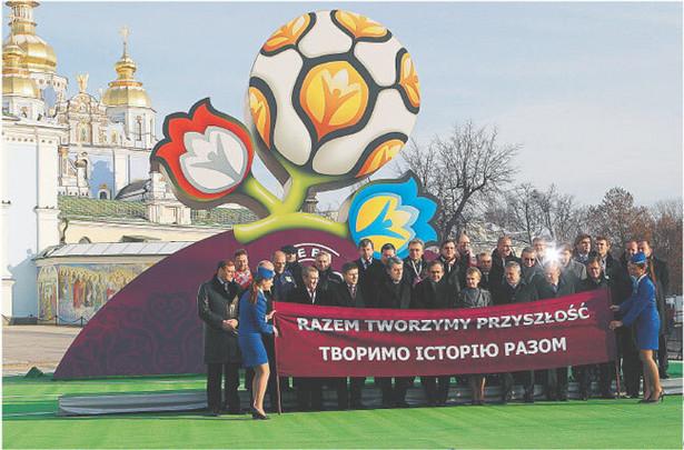 Logo mistrzostw przedstawia kwiaty symbolizujące obydwa kraje i UEFA Reuters/Forum