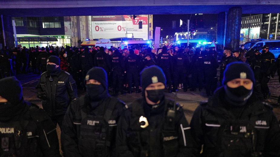 Policja podczas protestu Strajku Kobiet 8 marca w Warszawie