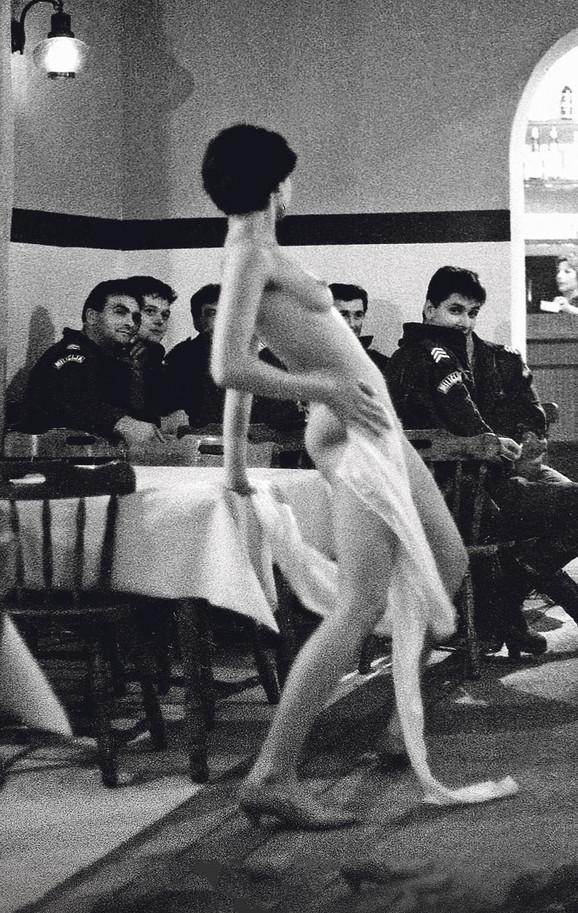 Striptizeta je bila lepotica kakva se retko sreće, i policajci i vojnici, kojih je bilo u to vreme mnogo u Odžacima i u