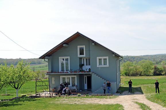 Rodbina ispred kuće nesrećne Dragane