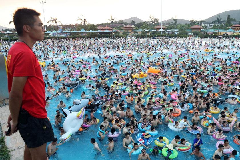 Narzekasz na tłumy na plażach? Spójrz na to, co działo się na basenie w Chinach