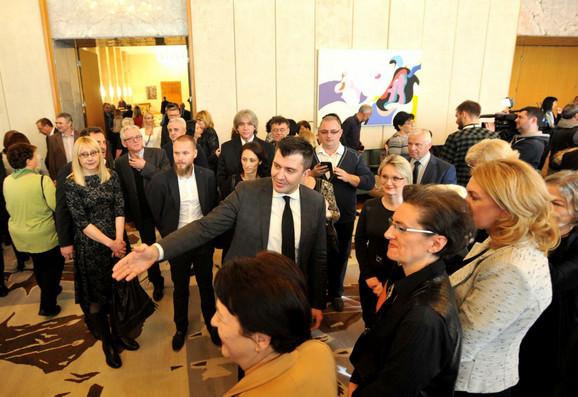 Ministar sa 100 najboljih radika kojima je podelio novčanu nagradu