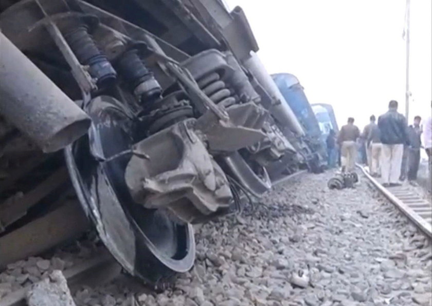 W Indiach wykoleił się pociąg ekspresowy z 14 wagonami