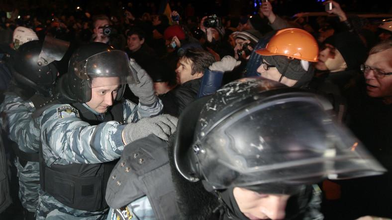 Tłum zaatakował rządową blokadę w Kijowie. Przepychanki z milicją