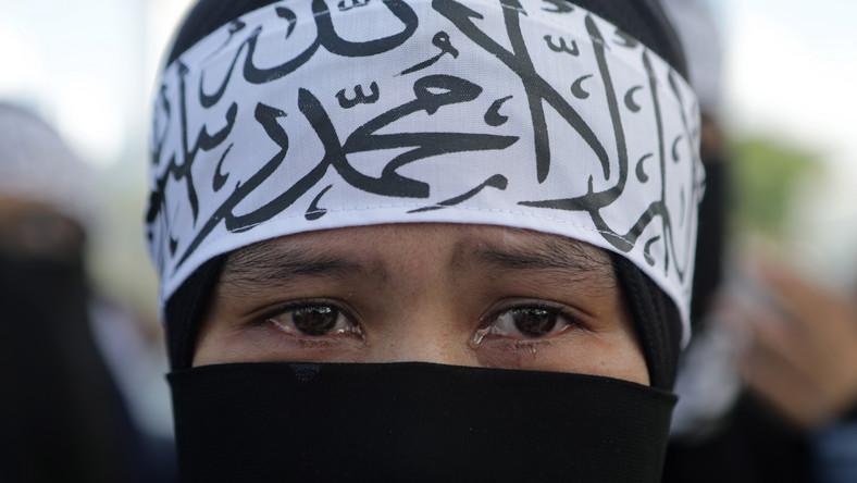 Muzułmańska kobieta protestująca przeciw zbrodniom na Ujgurach