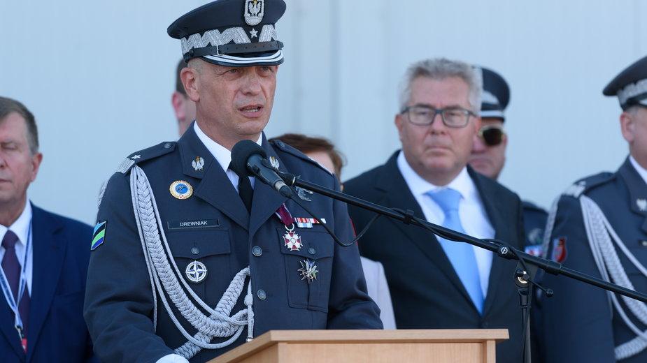 Gen. Tomasz Drewniak podczas przemówienia na terenie 31. Bazy Lotnictwa Taktycznego w Krzesinach