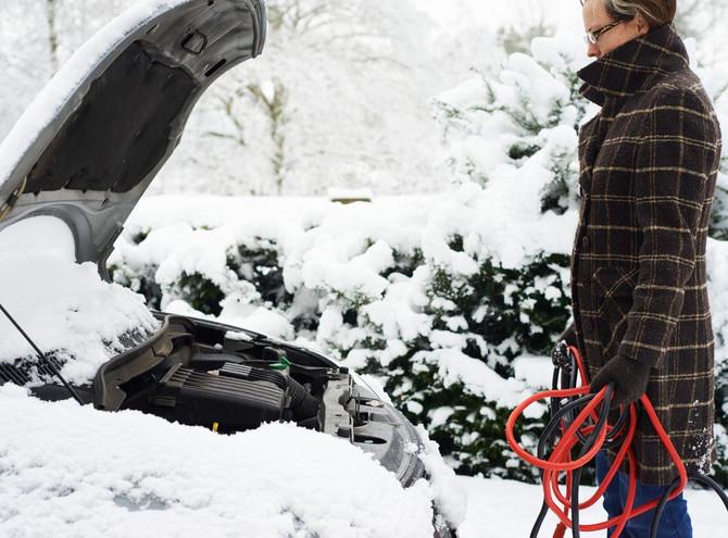Ako akumulator ne radi, zamolite nekog da vas pogura ili upalite auto na kablove