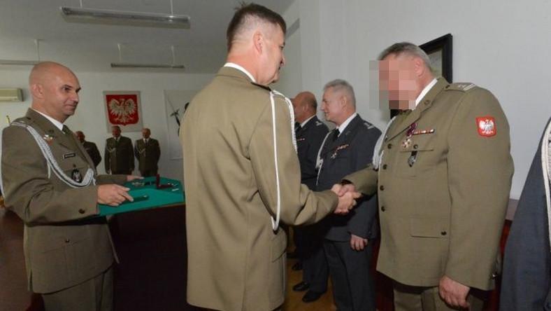 Zbigniew J., podejrzewany o szpiegostwo, odbiera wojskowe odznaczenie / wojsko-polskie.pl