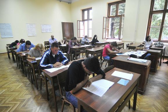 U odnosu na Popis iz 2002, broj nepismenih u Srbiji se prepolovio