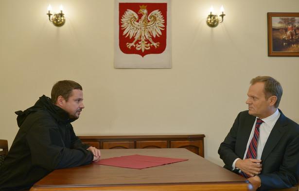 Donald Tusk podczas spotkania z Rafałem Trzaskowskim w Porcie Lotniczym Kraków-Balice. Fot. PAP/Radek Pietruszka