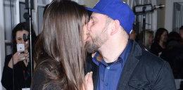 Poseł Liroy całuje żonę na imprezie