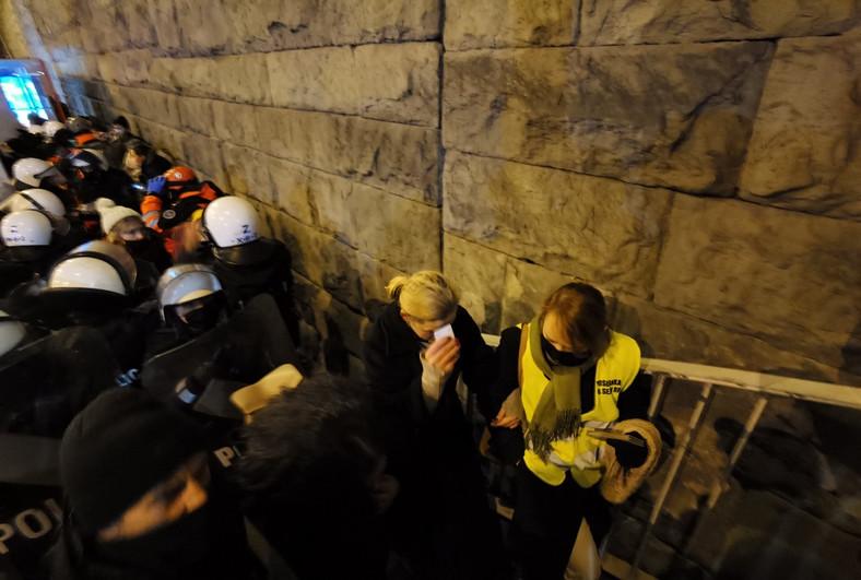 Strajk Kobiet w Warszawie 28 listopada 2020 r Jedną z ofiar użycia gazu łzawiącego była posłanka Barbara Nowacka Fot. Maciej Suchorabski