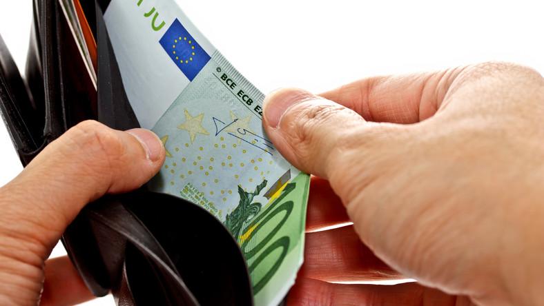 Nowe banknoty euro. Jako pierwsze do obiegu trafia pięć euro