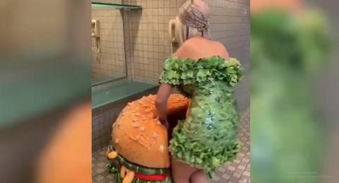 Svi u čudu: Pevačica snimljena kako OVO RADI u WC-u! Video