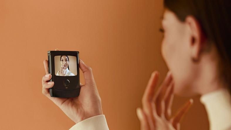 Jeszcze zanim pojawiły się smartfony, Motrola RAZR stała się prawdziwym przebojem. Cienki, składany telefon wyglądał rewelacyjnie.